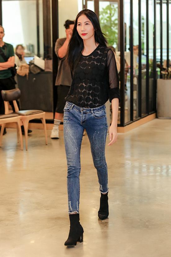 Cao Ngân thừa nhận cô từng rớt casting một số nhà thiết kế ngoại quốc tại tuần lễ thời trang quốc tế Việt Nam. Do ngoại hình khá gầy gò, cô cũng hiếm khi được lựa chọn biểu diễn áo dài, trừ khi show trình diễn mang tính thời trang cao cấp.