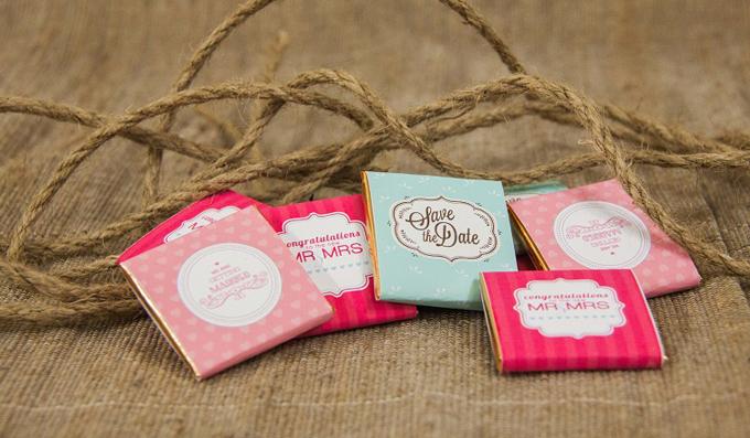 Từng món quà được đựng trong những chiếc hộp xinh xắn, dễ thương thay lời cám ơn mà cô dâu chú rể gửi tới khách mời dự tiệc. Không những vậy, chất lượng sản phẩm cũng luôn được đảm bảo bởi nguồn nguyên liệu chocolate thơm ngon nhập khẩu từ Bỉ.