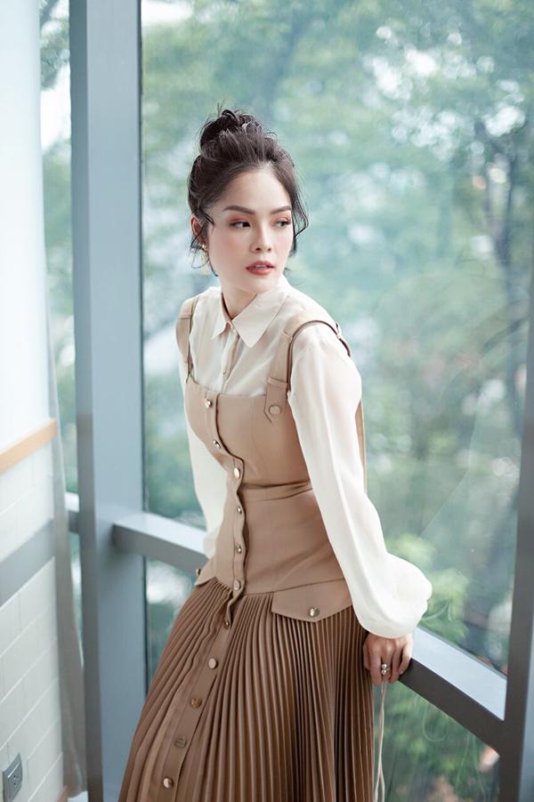 Bên cạnh các mẫu váy trắng đen hợp xu hướng làm mẫu váy gài nút biến tấu ấn tượng.