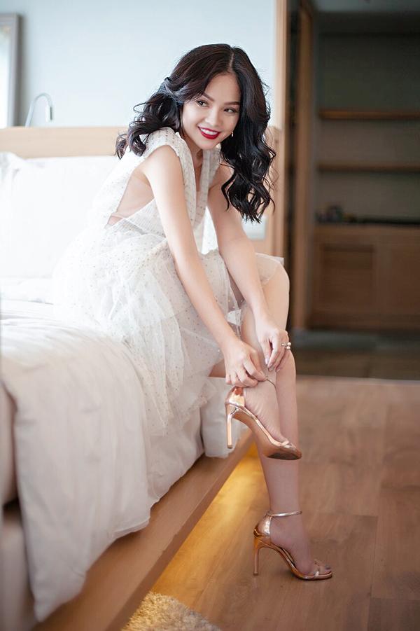 Giầy cao gót ánh kim được người đẹp chọn lựa nhằm tạo nên sự hài hoà cùng hoạ tiết trang phục.