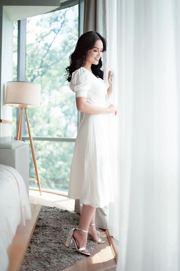 Ngoài các kiểu váy khai thác vẻ đẹp sexy, Dương Mỹ Lynh còn giới thiệu thêm các kiểu váy tay bồng hot trend.