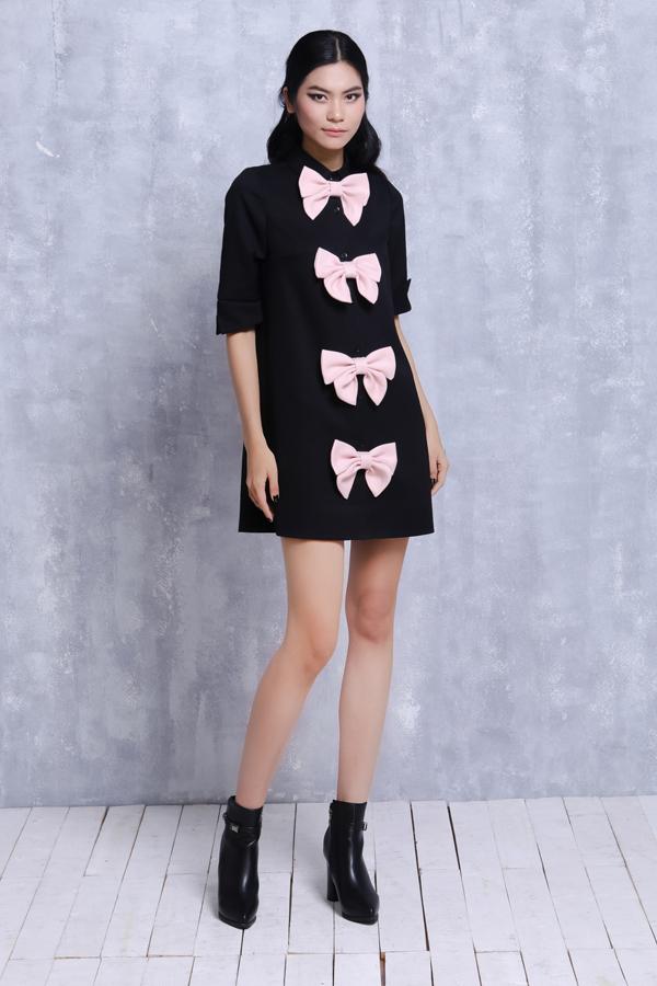 Ngoài chi tiết nơ bướm, bộ sưu tập còn khai thác một cách triệt để các kiểu dáng váy ngắn nhằm tôn nét trẻ trung cho người mặc.