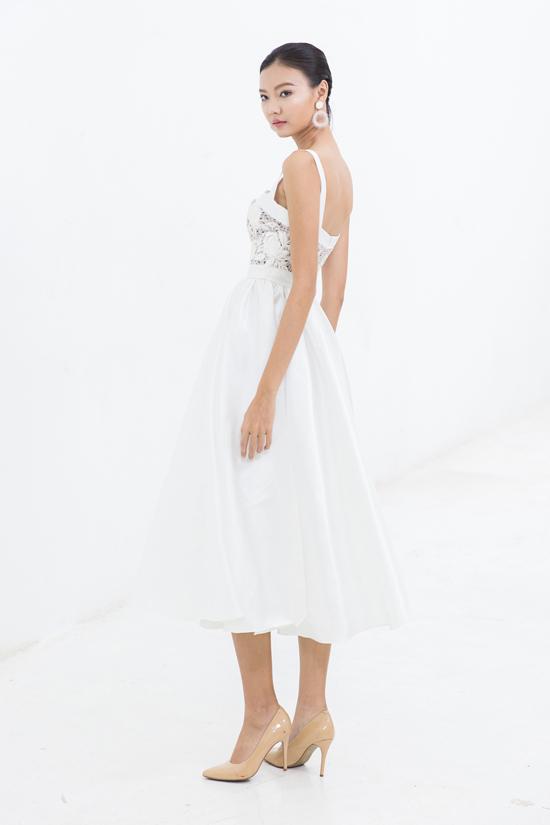Lụa cùng ren hoa là hai chất liệu được kết hợp với nhau để mang đến mẫu váy đi tiệc thanh lịch và gợi cảm vừa đủ.