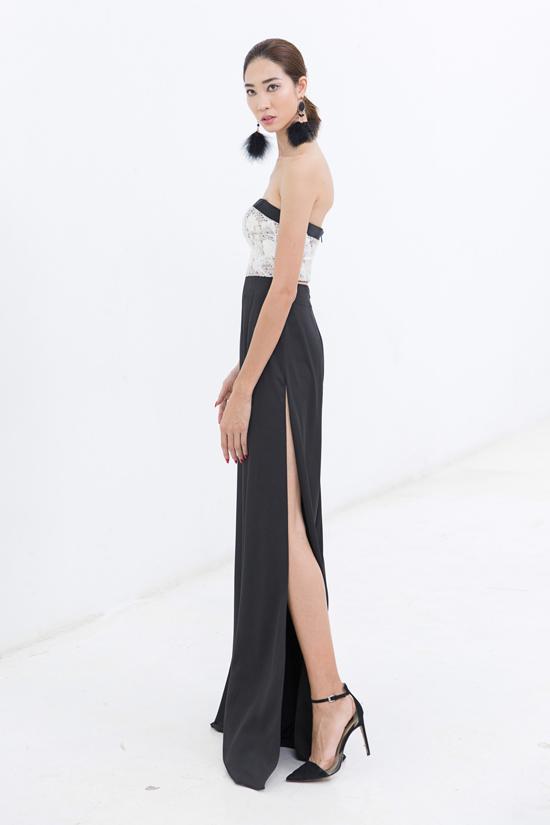 Hoa tai lông vũ ấn tượng được chọn để mix cùng áo ống, quần xẻ tà hài hòa sắc trắng đen.