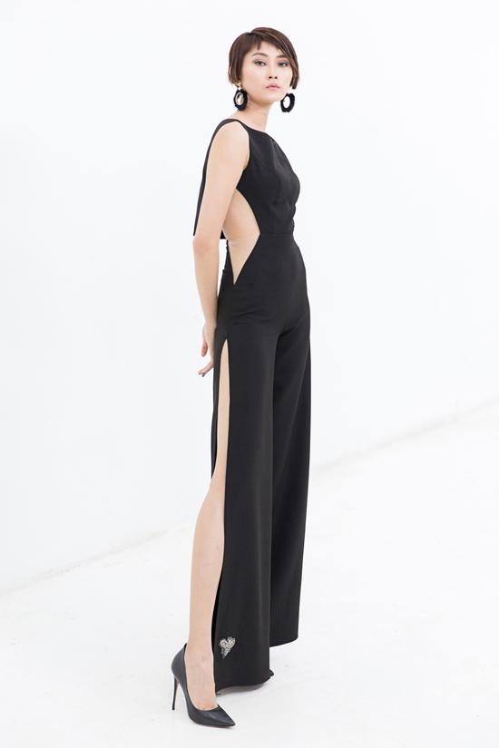 Kiểu jumpsuit thanh lịch trở nên bắt mắt hơn nhờ những đường cắt xẻ sắc nét trên trang phục.