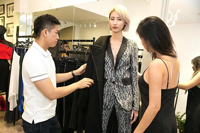 Ngoài nhà thiết kếm các stylist cũng tham gia quá trình thử đồ đễ hỗ trợ hoàn thiện từng bộ trang phục trình diễn được chỉn chu nhất.