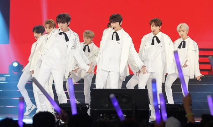 Với đội hình 12 thành viên toàn mỹ nam, The Boyz khiến khán giả không ngừng cổ vũ cuồng nhiệt khi thể hiện vũ đạo cùnghaibản hit Giddy Up, Boy.