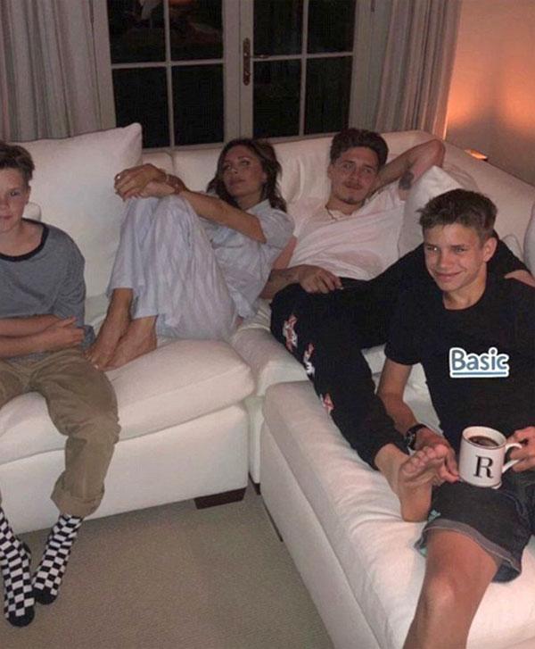Trong khi đầu tuần này, Victoria tận hưởng một đêm ấm cúng nằm trên ghế sofa với ba người con trai. Đêm với các chàng trai x Những nụ hôn, Victoria viết trong chú thích. Cô không thể cưỡng lại việc chọc ghẹo con trai mình Romeo qua cái nhìn khốn khổ của mình. Romeo ru ok? (sic)