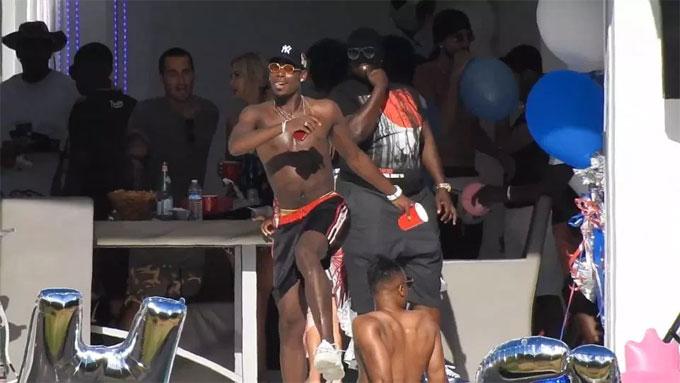 Pogba là tâm điểm trong buổi pool party ở Los Angeles, Mỹ. Anh cởi trần, đội mũ, đeo kính đen và vòng cổ liên tục nhảy nhót khuấy động không khí.