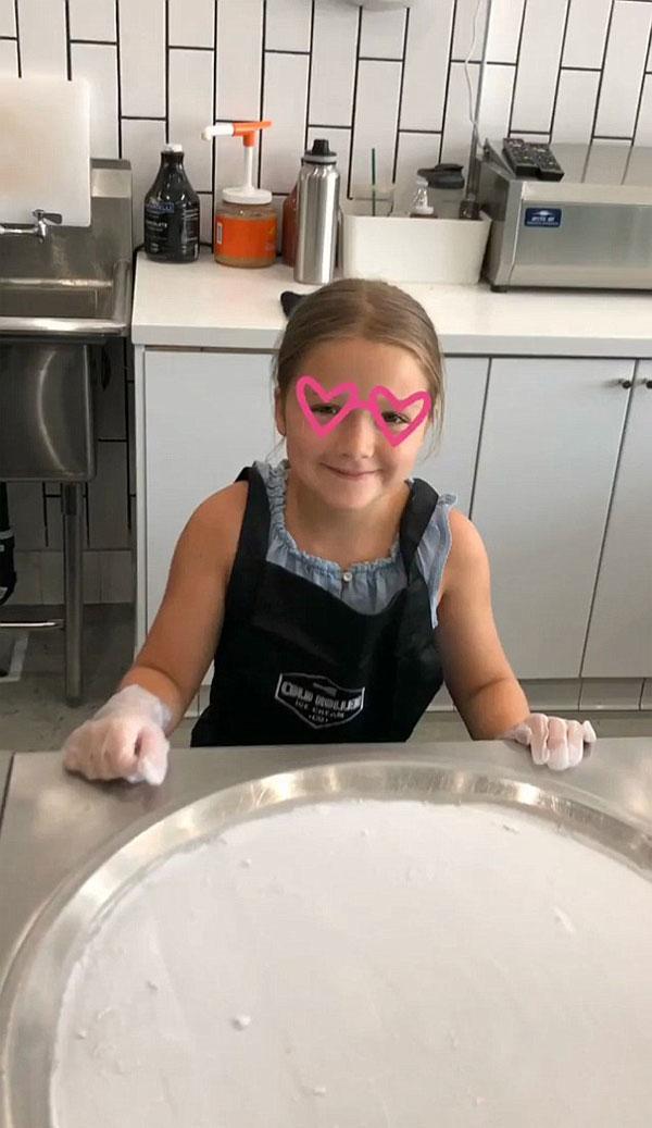 Tiếp theo là Harper, người đã quyết định làm kem sô-cô-la khi cô ấy trang trí nó bằng chữ viết tắt BH trong sốt sô-cô-la, có tựa đề là: Vui vẻ làm kem! Romeo quyết định lựa chọn màu kem đậm hơn màu xanh lá cây khi cô ấy viết cha + mẹ ngọt ngào, với một trái tim yêu thích sốt sô cô la. Cảm thấy tình yêu, Victoria ngọt ngào chú thích nó với: Chúng tôi cũng yêu bạn @romeobeckham, tiếp theo là trái tim tình yêu.