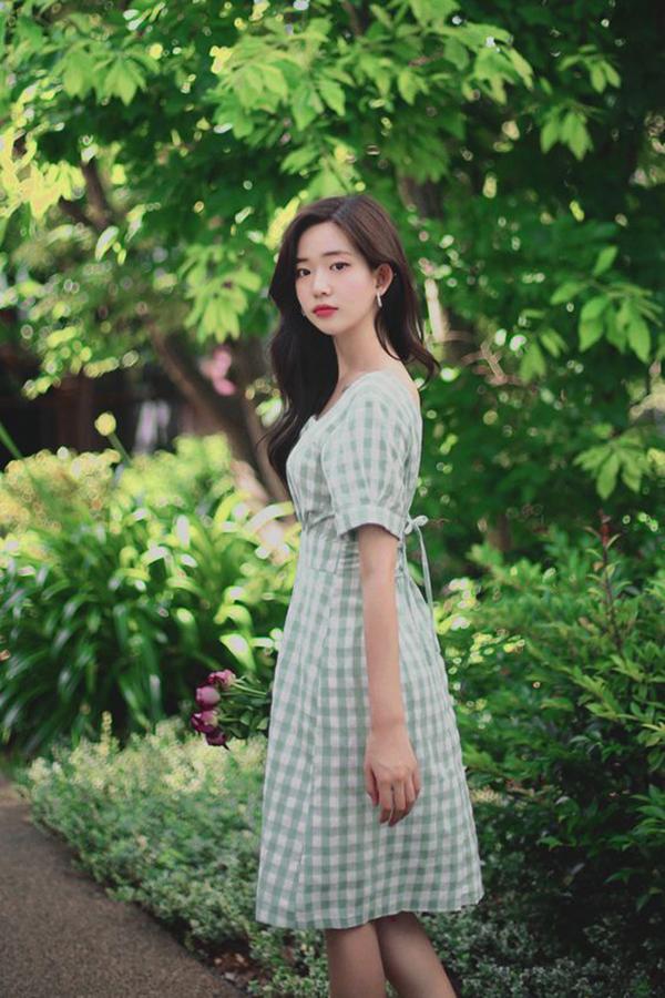 Váy liền thân, kiểu dáng thanh lịch sẽ mang lại hình ảnh nhẹ nhàng cho phái đẹp trong những ngày cuối hạ.