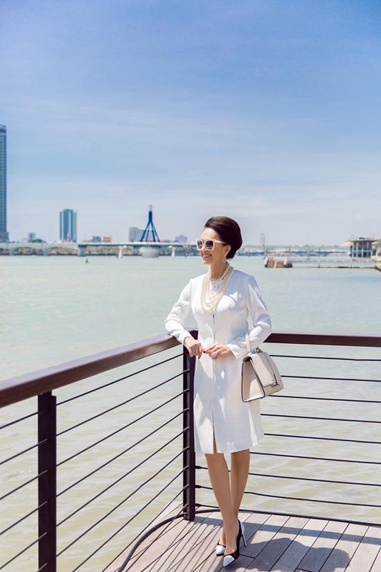 Diễm My phối đồ trắng đen dạo phố Đà Nẵng