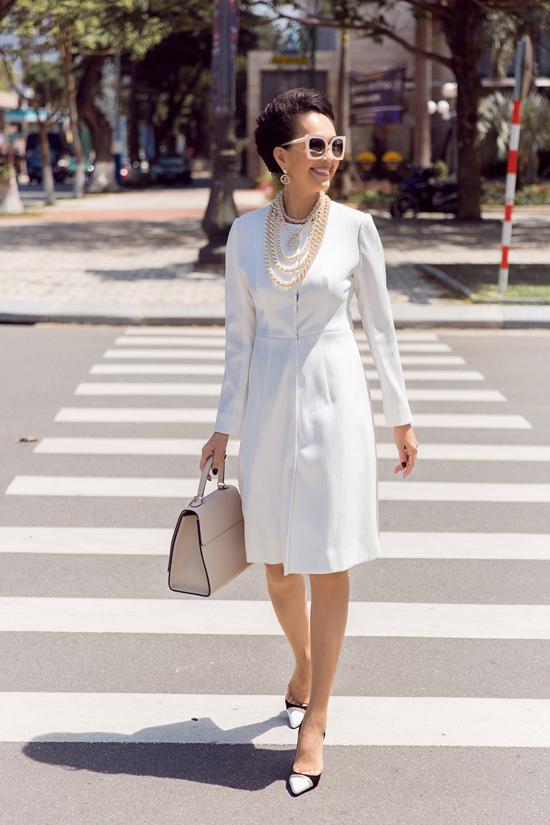 Diễm My phối đồ trắng đen dạo phố Đà Nẵng - 9