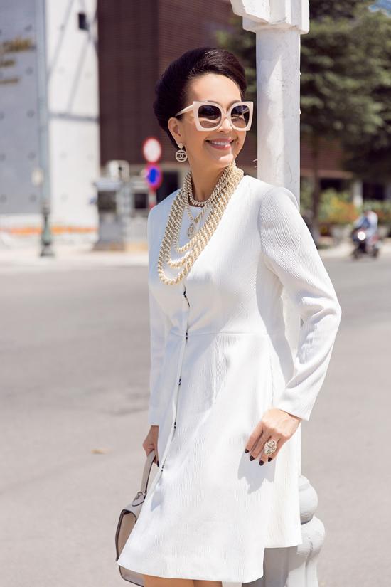 Diễm My phối đồ trắng đen dạo phố Đà Nẵng - 10