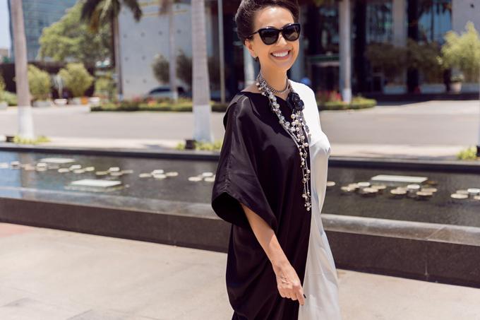 Diễm My phối đồ trắng đen dạo phố Đà Nẵng - 7