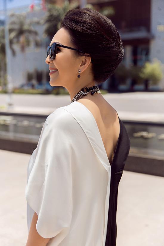 Diễm My phối đồ trắng đen dạo phố Đà Nẵng - 8