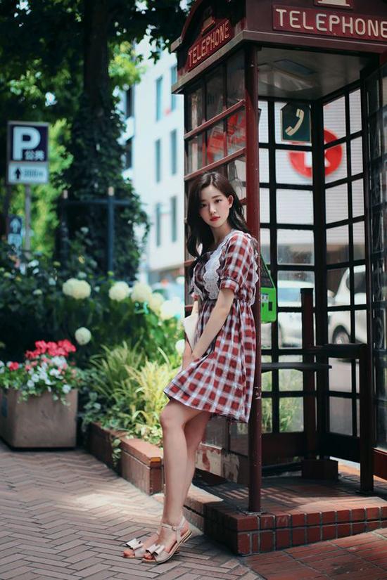 Set đồ mang lại sự thoải mái trong những ngày oi bức với váy liền thân vải cotton, dép sandal quai mảnh.