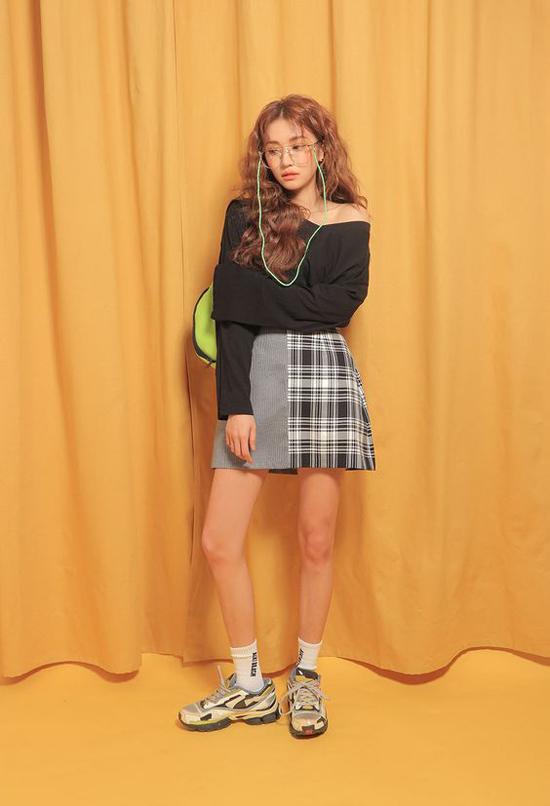 Những cô nàng năng động và yêu sự phá cách có thể tham khảo cách phối áo trễ vai, giầy thể thao cùng chân váy phối vải bắt mắt.