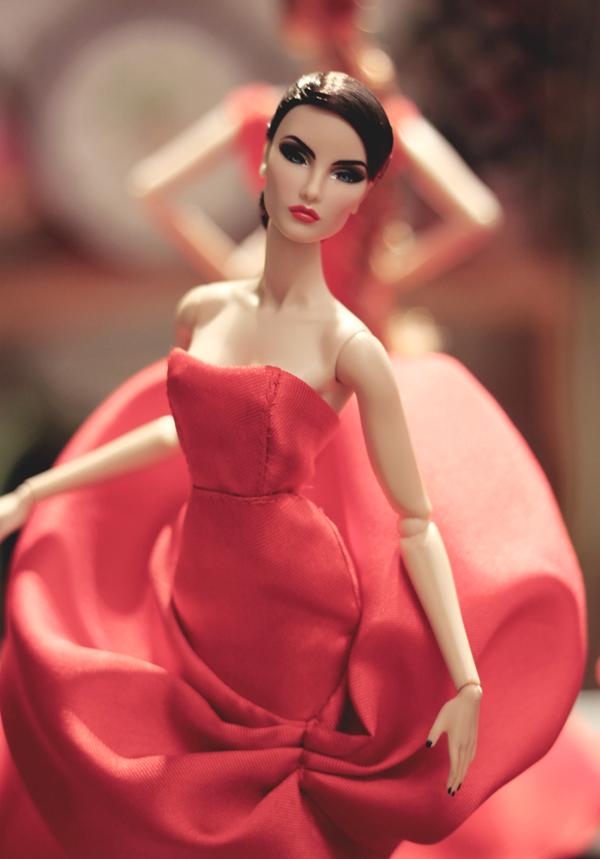 Sau khi hoàn thành các mẫu váy đi tiệc, nhà thiết kế còn setup một studio nhỏ để thực hiện các bộ ảnh cho dàn siêu mẫu của mình.