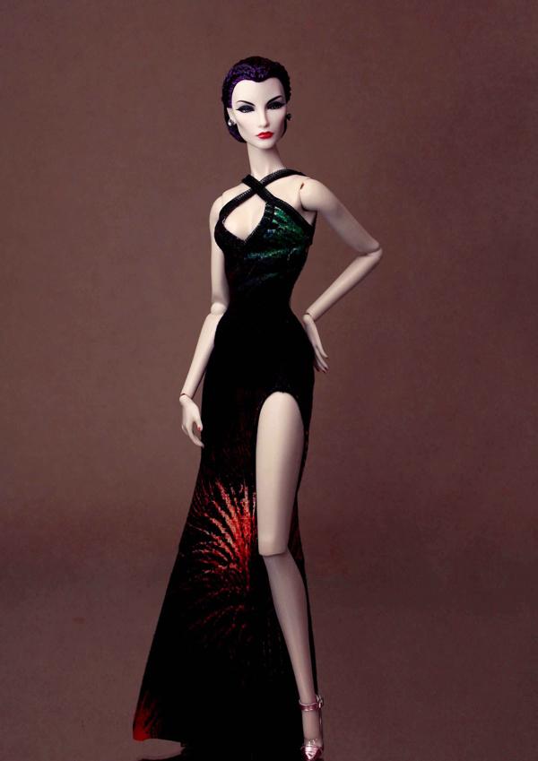 Những mẫu đầm xẻ cao bất tận, đầm đuôi cá tôn đường cong đồng hồ cát hay váy công chúa gắn liền với sao thế giới đều được thu nhỏ một cách tinh tế.
