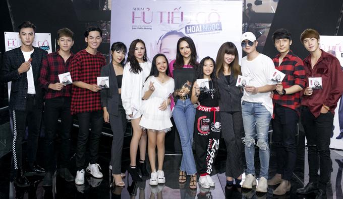 Bé Hoài Ngọc chụp ảnh cùng Hoa hậu Hương Giang và các khách mời dự sự kiện ra mắt album.