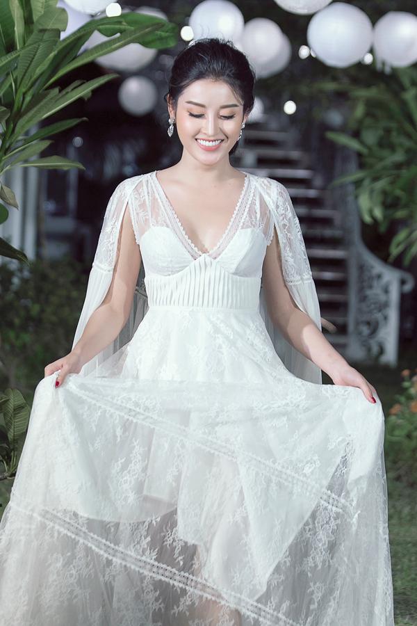 Á hậu Huyền My trở thành nàng thơ mới của Adrian Anh Tuấn khi đảm nhận vai trò vedette, khép lại show diễn.