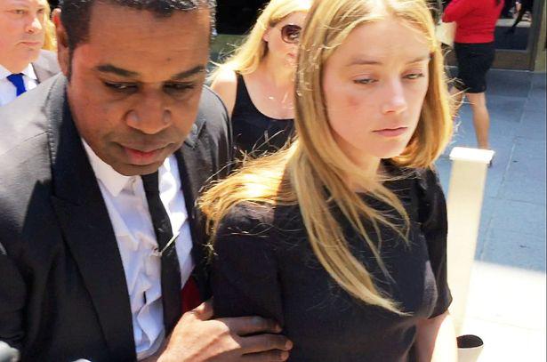 Amber Heard đến tòa vào tháng 6/2016 với gương mặt thâm tím. Nữ diễn viên khẳng định Johnny Depp đã ném điện thoại vào mặt cô.