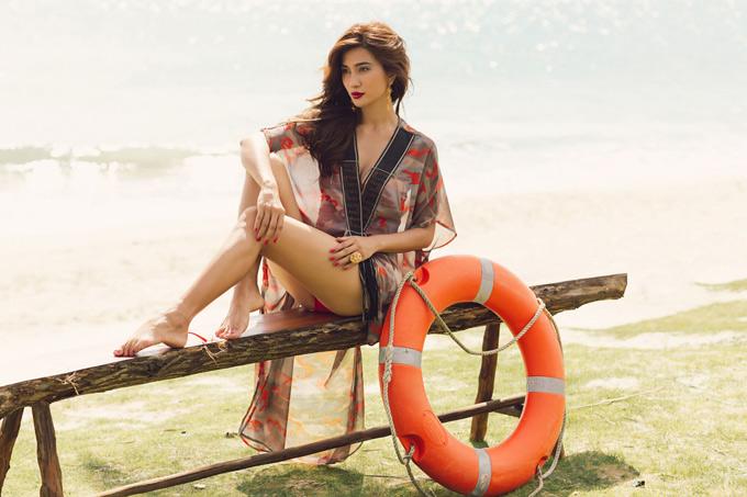 Kim Tuyến kết hợp bikini và áo khoác dạo biển mỏng, nhẹ để giữ lại một chút bí ẩn cho riêng mình.