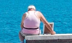 Cụ ông 70 tuổi ngắm hoàng hôn trên biển hàng ngày cùng di ảnh vợ