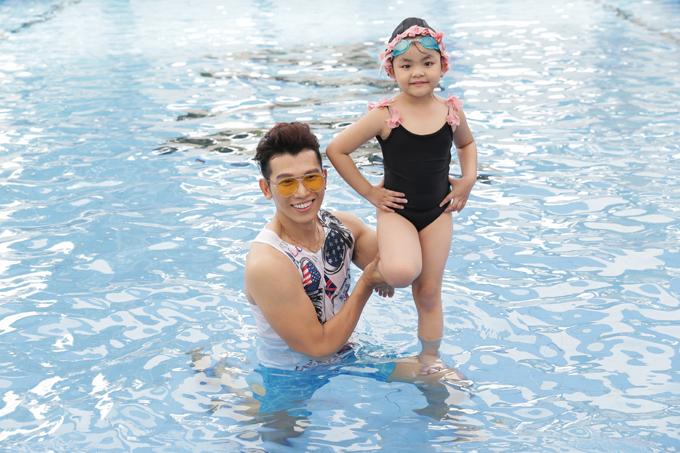 Sau phần catwalk và tranh giành thí sinh sôi nổi của 3 vị giám khảo, các bé được tham nội dung catwalk và chụp ảnh dưới bể bơi.