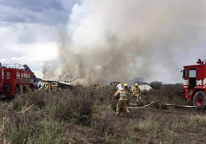Hiện trường vụ rơi máy bay ở Durango, Mexico. Ảnh: AP.