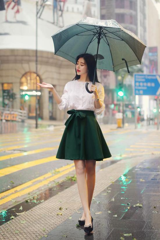 Ngoài chức năng tránh mưa, những chiếc ô còn tạo điểm nhấn phong cách cho các nàng công sở điệu đà.