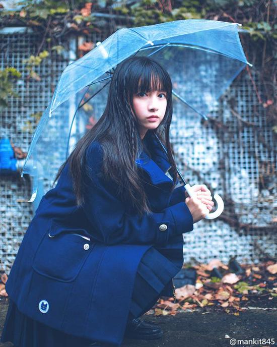 Bên cạnh các kiểu ô thông dụng, những chiếc dù nhựa trong cũng được các cô nàng trẻ tuổi yêu thích.