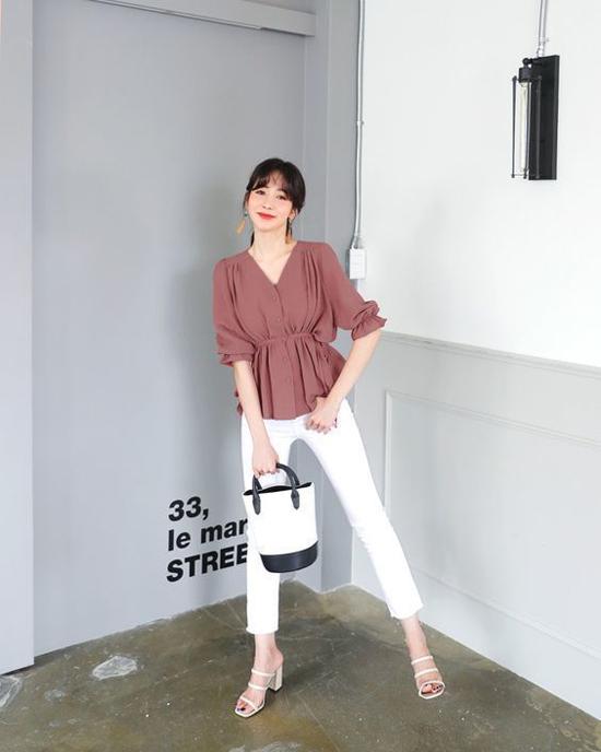Với sandal cao gót, các nàng có thể phối hợp cùng nhiều kiểu dáng trang phục khi đi làm.