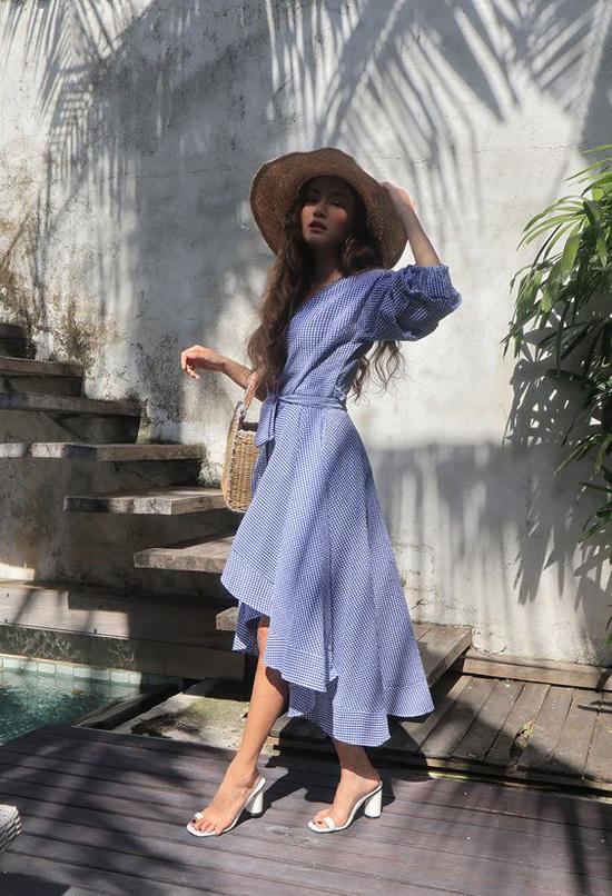 Set đồ đúng điệu mùa hè với váy ca rô thắt eo, sandal nhựa trong và các phụ kiện mũ cói, túi nan hợp mùa.