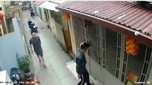 Sau khi xảy ra cãi nhau với 2 mẹ con bà Hoạt, anh Nguyên ra về thì bất ngờ có 2 nam thanh niên đi xe máy mang dao tìm đến nhà nhưng rất may thời điểm đó anh đang ở bên ngoài uống nước cùng bạn. Ảnh cắt từ băng dữ liệu docamera an ninh ghi lại