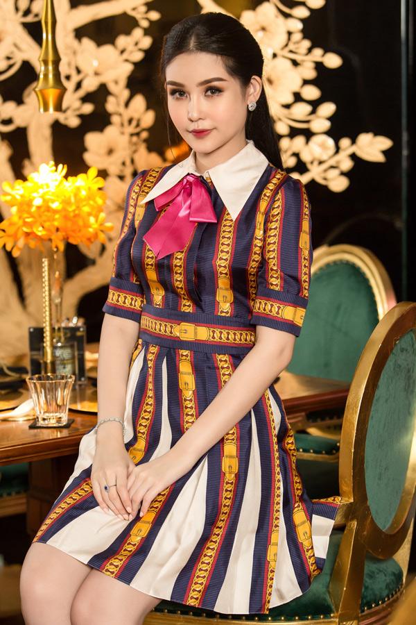 Ngân Anh bỏ ra hơn 40triệu đồng sắmbộ váy thanh lịch của nhà mốt Gucci. Cô theo đuổi phong cách hiện đại, nữ tính.