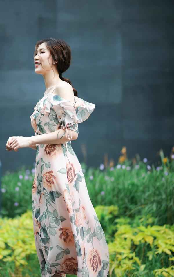 Phí Thùy Linh từng có thành tích lọt vào top 10 Hoa hậu Việt Nam 2010 và đoạt giải phụ Thí sinh có làn da đẹp nhất. Trở lại showbiz sau 8 năm vắng bóng để làm tròn nghĩa vụ làm vợ, làm mẹ, cô đã giành ngôi vị cao nhất tại cuộc thi Mrs Áo dài 2018 hồi tháng 5 tại Paris. Sau khi trở thành hoa hậu, cuộc sống của Phí Thùy Linh trở nên bận rộn hơn bởi cô tham gia khá nhiều event, trình diễn thời trang trên cương vị mới.