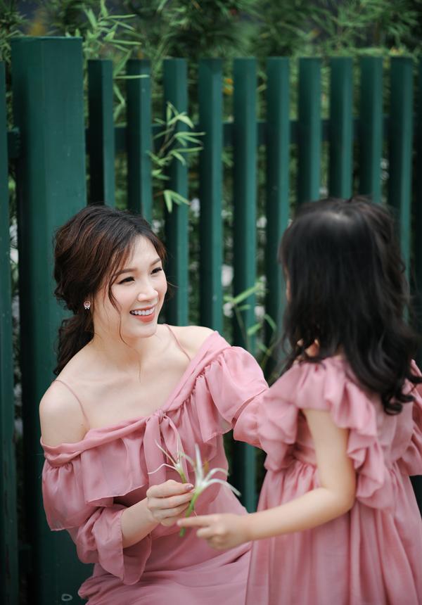 Khi mang bầu con trai đầu lòng, vì sức khỏe yếu nên Phí Thùy Linh từng bị dọa sảy 2-3 lần. Lúc vượt cạn cô còn bị băng huyết, trải nghiệm này vẫn ám ảnh cô đến tận bây giờ.