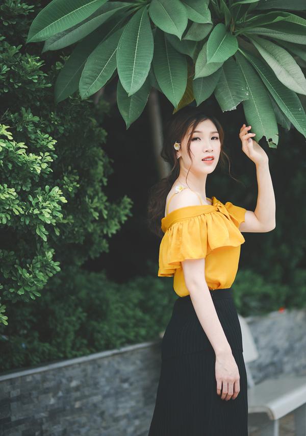 Dù yêu thích môn nhảy hiện đại, Phí Thùy Linh lại có gu ăn mặc điệu đà, nữ tính. Cô thường chọn váy họa tiết hoa với màu sắc nền nã hoặc trang phục gam vàng mù tạt - hot trend của năm nay.