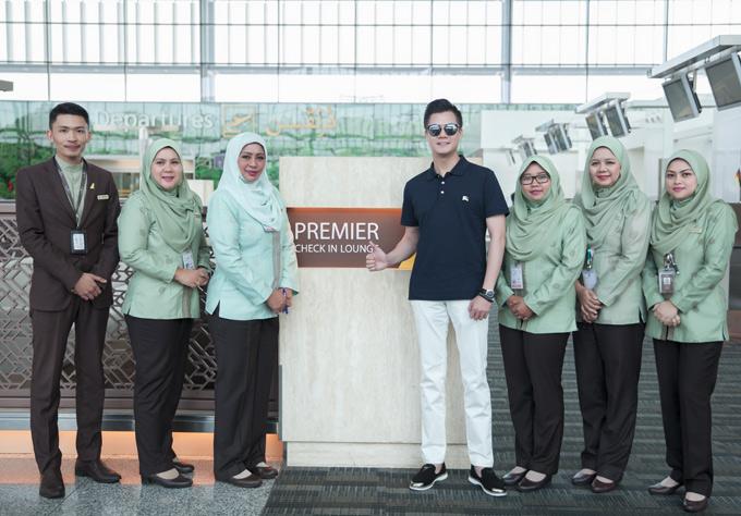 Quang Dũng được hãng Hàng không Hoàng gia Brunei mời sang tham quan, nghỉ dưỡng tại quốc gia này trong 4 ngày. Anh được tiếp đón ân cần khi đặt chân tới xứ sở của những thánh đường Hồi giáo.