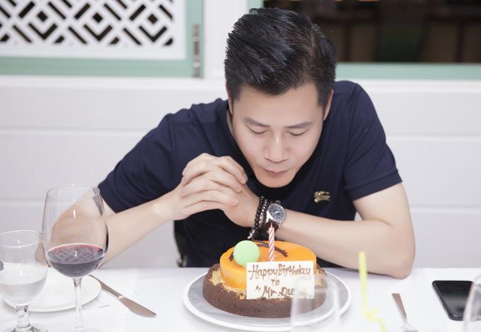 Ngày 8/8 mới là sinh nhật của Quang Dũng nhưng các cộng sự đi Brunei cùng bất ngờ tổ chức tiệc mừng tuổi mới sớm cho anh.