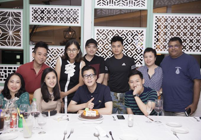 Quang Dũng mừng tuổi 43 tại một nhà hàng ở Brunei. Ngày 2/8 anh về nước diễn show ở Hà Nội trước khi lên đường đi Mỹ lưu diễn một tháng.