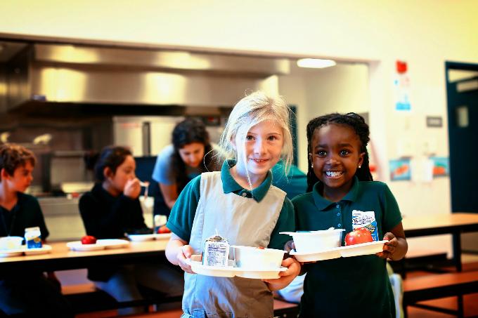 Học sinh được ăn uống lành mạnh ở trường sẽ có kết quả học tập tốt hơn. Ảnh: Revolution Foods.