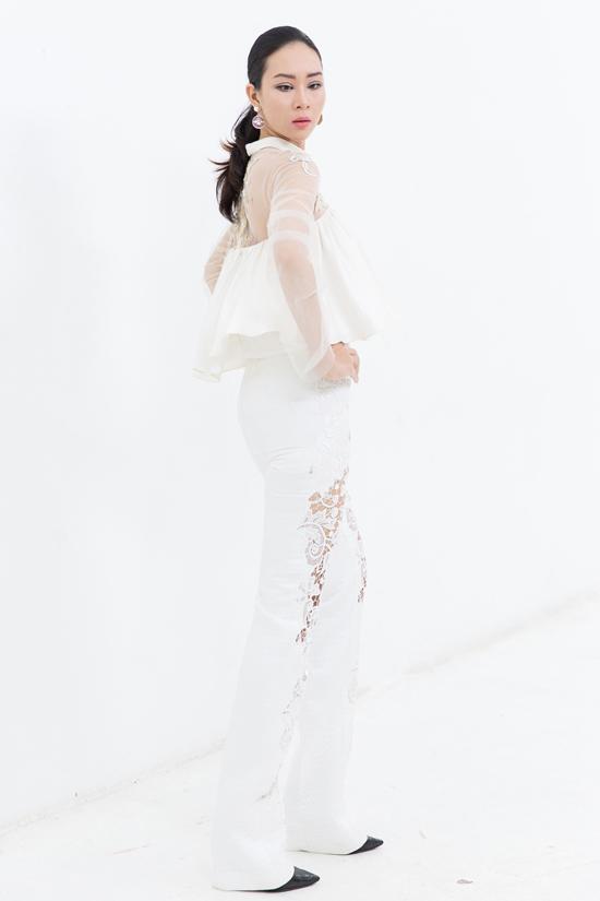 Cách kết hợp khéo léo các chất liệu vải sexy sẽ giúp phái đẹp khoe vẻ gợi cảm chừng mực.