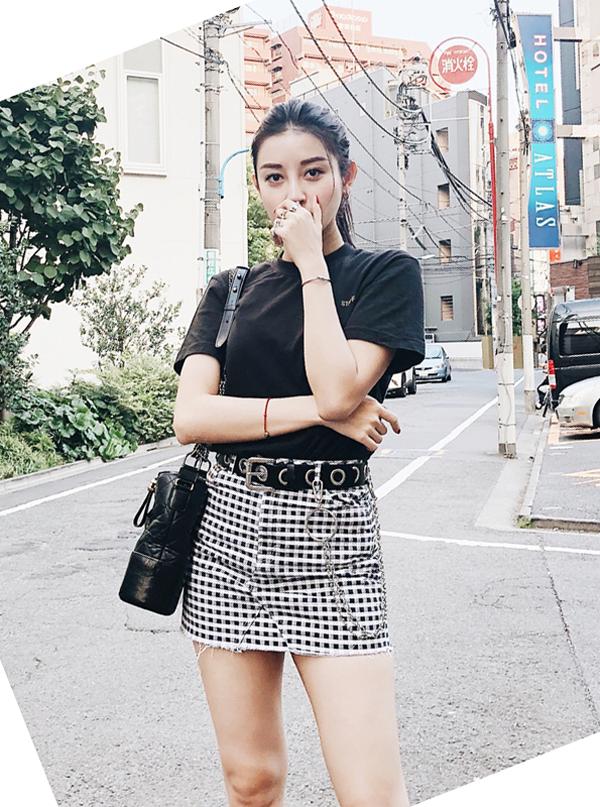 Huyền My kết hợp hài hòa tông màu trắng đen cho áo thun và kiểu chân váy được ưa chuộng trong mùa nóng.
