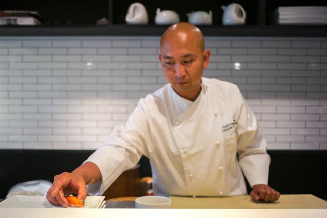 Đầu bếp Daisuke Nakazawa hiện là bếp trưởng nhà hàng sushi nổi tiếng nhất nước Mỹ.