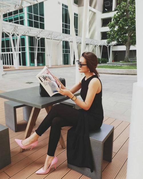 Thanh Hằng ung dung, tự tại ngồi đọc tạp chí.