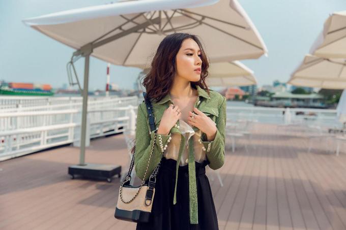 Túi Gabrielle Chanel phom dáng cỡ trung được Thanh Huyền lựa chọn để hoàn thiện set đồ khi xuống phố cà phê.