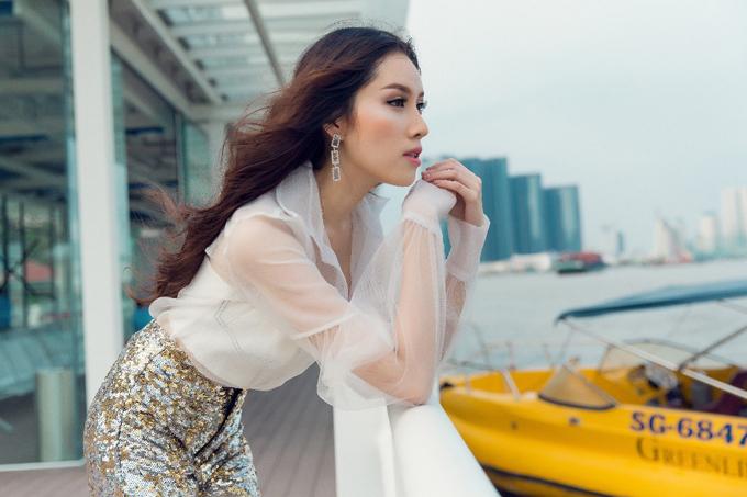 Phong cách gợi cảm luôn được ưa chuộng trong mùa hè, MC Thanh Thanh Huyền có cách áp dụng công thức phối đồ riêng để hòa cùng trào lưu nhưng vẫn thể hiện cá tính của bản thân.